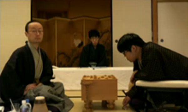 こっちを見る渡辺明さん
