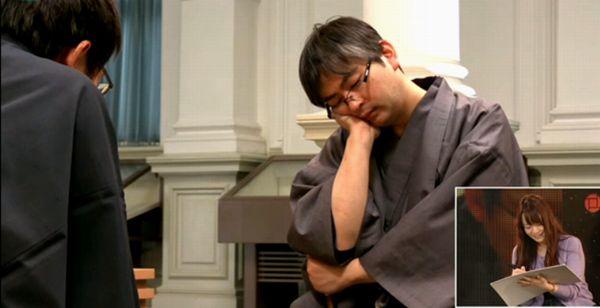 郷田さんをモデルに絵を描く藤田画伯